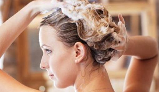 Mulher-lavando-o-cabelo