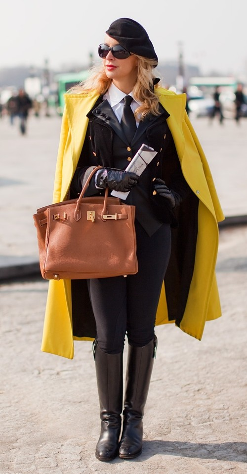 stockholm streetstyle  casaco no ombro coat on the shoulder